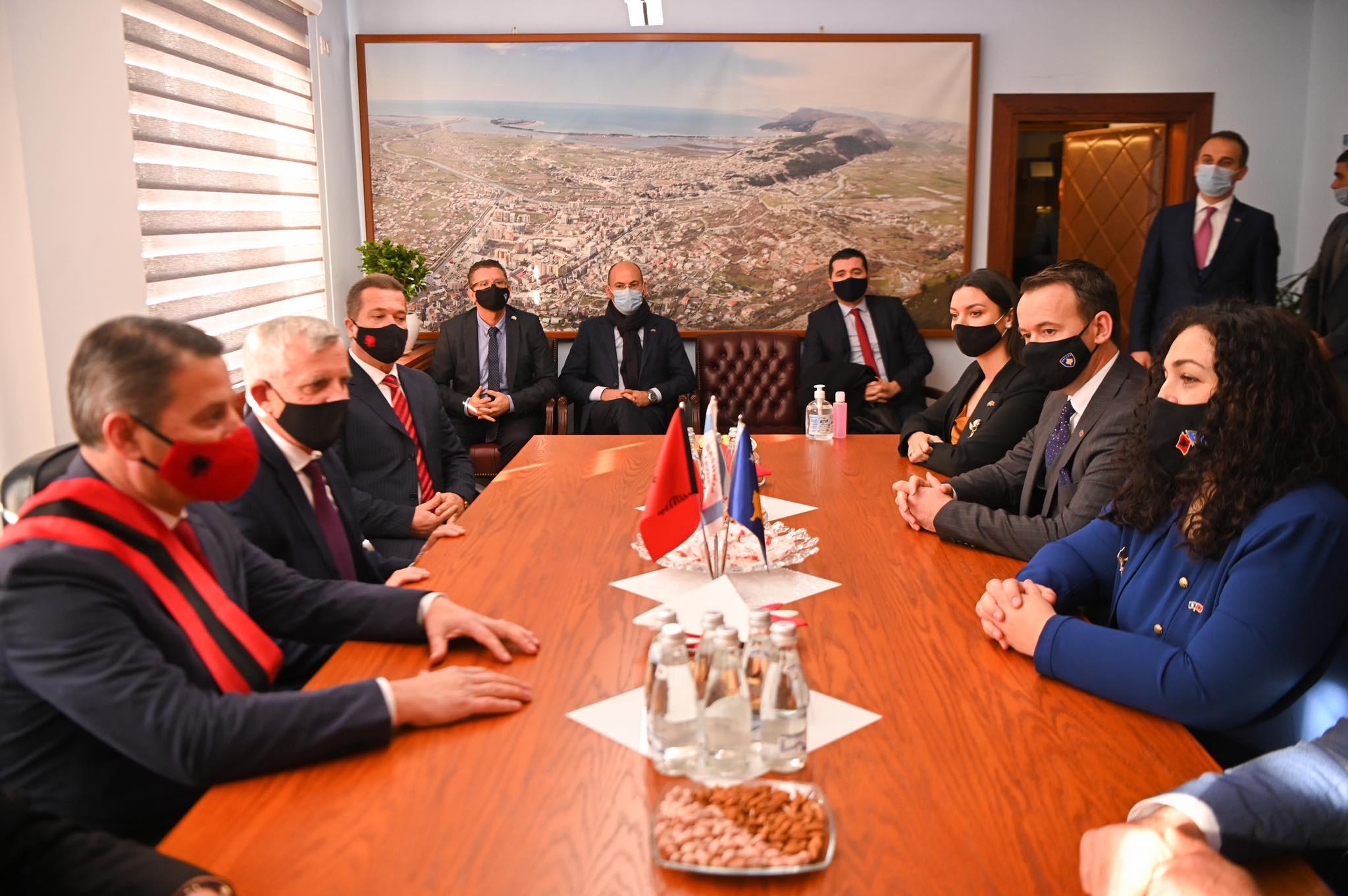 U.d. Presidentja e Kosovës, dr.Vjosa Osmani bëri homazhe te Memoriali i Skënderbeut në Lezhë
