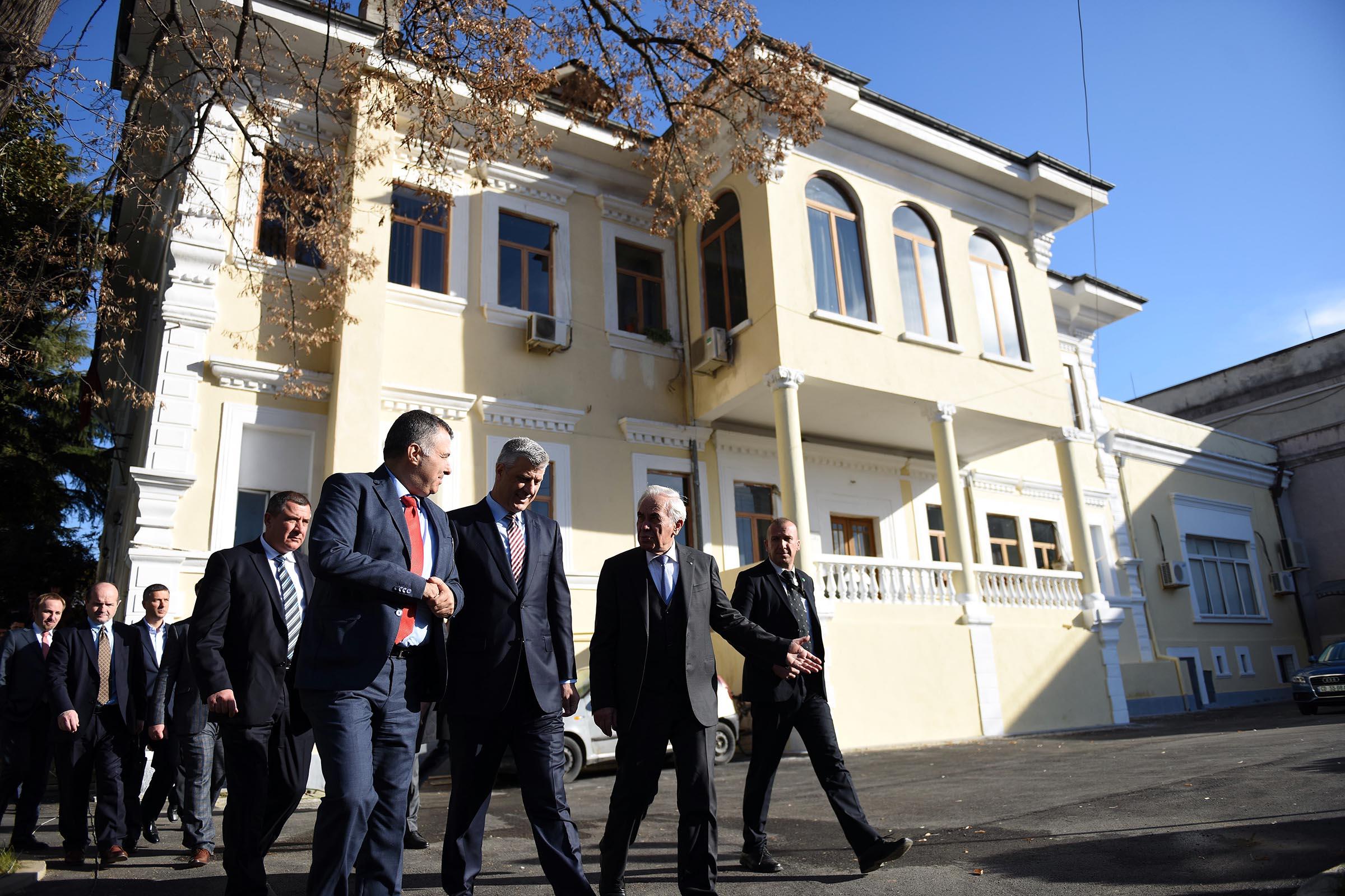 """Presidenti Thaçi nderohet me medaljen """"Nderi i Akademisë"""" nga Akademia e Shkencave të Shqipërisë"""