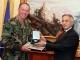 UD i Presidentit, Jakup Krasniqi dekoroi Admiralin Mark P. Fitzgerald me Medalje Ushtarake