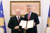 Presidenti dekoroi Jeffrey Hovenier me Medaljen Jubilare Presidenciale