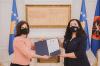 """Presidentja Osmani ia dorëzoi kopjen e dekoratës """"Urdhri Hero i Kosovës"""" familjes së Agim Ramadanit 1"""