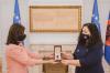 """Presidentja Osmani ia dorëzoi kopjen e dekoratës """"Urdhri Hero i Kosovës"""" familjes së Agim Ramadanit 2"""