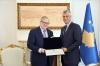 """Presidenti Thaçi dekoroi ish-ministrin e Punëve të Jashtme të Kanadasë, Lloyd Axworthy, me Urdhrin """"Dr. Ibrahim Rugova"""""""
