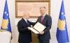 Presidenti Thaçi dekoroi reporterët e luftës, Nuhi Bytyçin dhe Abaz Zekën
